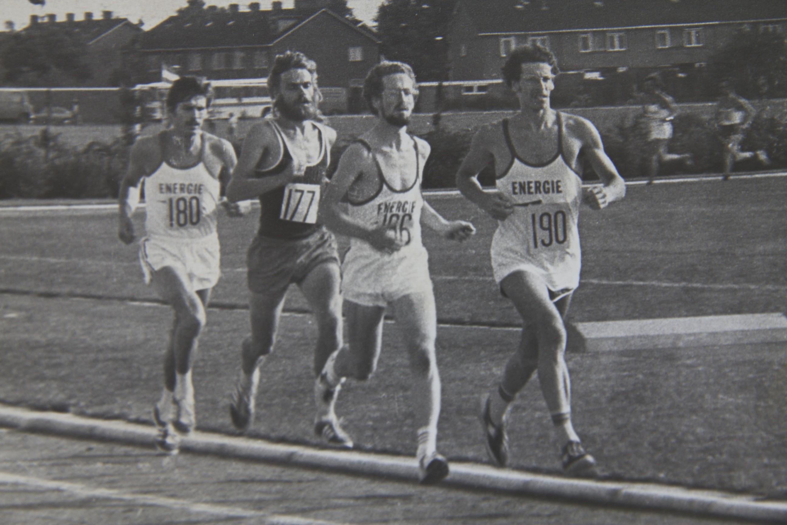 1976 Sintelbaan Energie met v.l.n.r. Rob Prooi(180), Dick Blees(177) Jaap Haneveer(186) en Herman Vrijhof(190) tijdens de opening van deze baan op een 5000 meter.